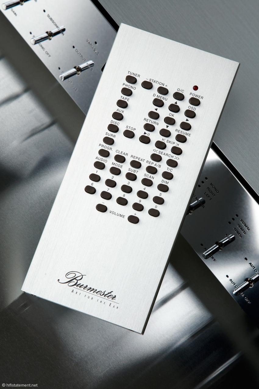Der Phono Preamp kann Endstufen und Aktiv-Lautsprecher auch direkt ansteuern. Dann wird die Lautstärke über die entsprechenden Tasten auf der schweren, metallenen Fernbedienung geregelt.