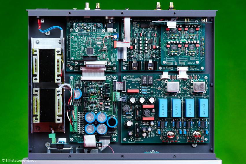Die einzelnen Platinen beinhalten logische Baugruppen, die im Falle eines Updates einfach gewechselt werden können. Sie sind über Computer-Flachbandkabel verbunden.
