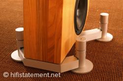Ein Boenicke Lautsprecher mit dazugehöriger SwingBase.
