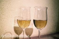 Trotz der aprikotfarbenen Wand im Hintergrund gut zu erkennen: Die Weine unterscheiden sich auch in der Farbe. Der beschallte ist der hellere