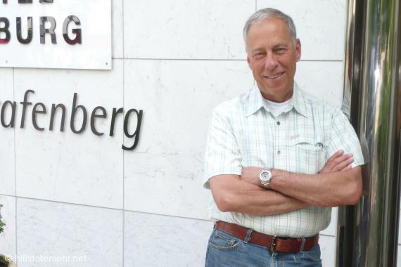 PS Audio-Chef Paul McGowan vor seinem Hotel in Düsseldorf