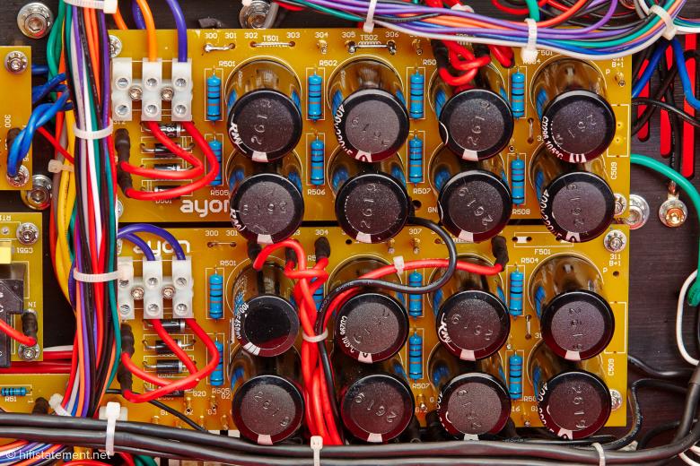 Potente Kondensatorbänke mit jeweils 1760µF Gesamtkapazität. Hier werden die Anodenspannung sowie die Spannung für die Treiberstufe gefiltert. Transistorfreaks werden vielleicht angesichts der 1760 µF müde grinsen, vergessen aber dabei, dass hier Spannungen von über 300 Volt anliegen und damit die gespeicherte Energie ganz erheblich ist