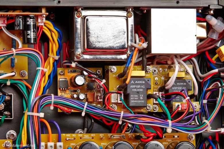Insgesamt vier 30-Ampere-Relais schalten die einzelnen Spannungen und dienen im Störungsfall zum Schutz der Schaltung. Oben erkennbar der 45H Choke für die 6SJ7 Treiberstufe