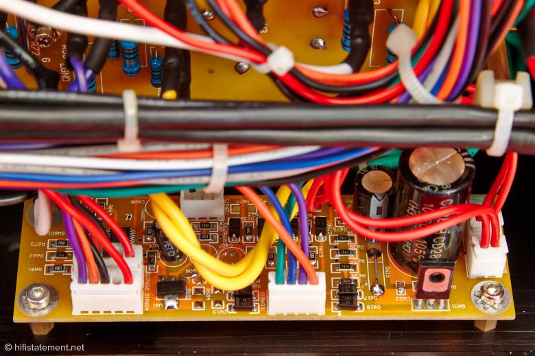 Verfeindete Bauteile wie Transistoren und Röhren leben hier in friedlicher Koexistenz beieinander. Die ausgeklügelte Steuerung für das Röhrentestprogramm oder die Schutzschaltung lässt sich nun nicht mit Röhren erledigen