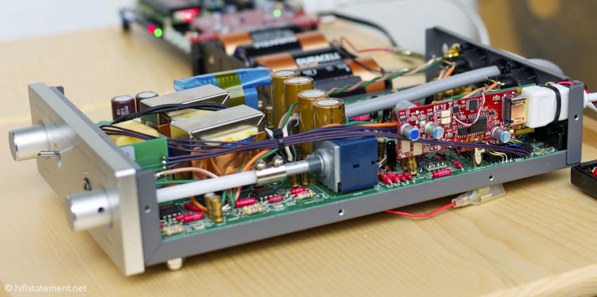 Die hochstehend eingebaute Platine stammt von Bunpei und Chiaki, stellt die I2S-über-HDMI-Schnittstelle für den Caprice bereit und dient der Synchronisierung von Wandler und Transport