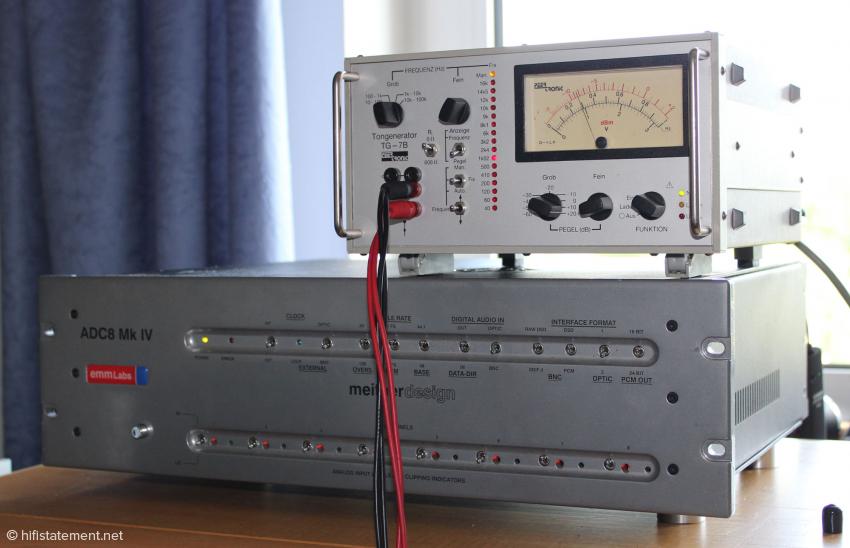 Der EMM Labs-Wandler – hier mit einem Frequenzgenerator zum peniblen Pegelabgleich – ist nur in einer Acht-Kanal-Version zu bekommen, was ihn für die meisten Heimanwendungen leider zu kostspielig macht