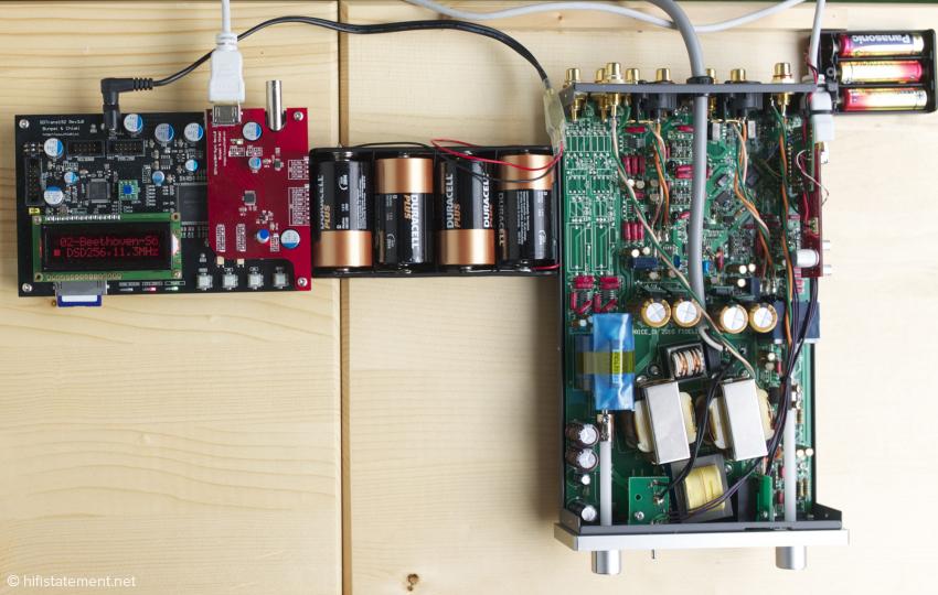 Ein Blick auf das Gesamte System: Der SD-Card-Transport links im Bild wird ausschließlich von Batterien versorgt. Der Wandler/Vorverstärker wird vom integrierten Netzteil gespeist, die Batterien liefern lediglich die Energie für die Platinen der synchronisierten Clock