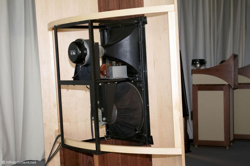 Ein berühmtes System aus alten Siemens-Tagen war auf der Highend 2012 zu hören: die Klangfilm Eurodyn liefert auch zu Hause hervorragende Ergebnisse, sofern man die Schallwände unterbringen kann. Interessante Kombination zweier Prinzipien: Horn für den Mittel-Hochtonbereich und offene Schallwand im Bass