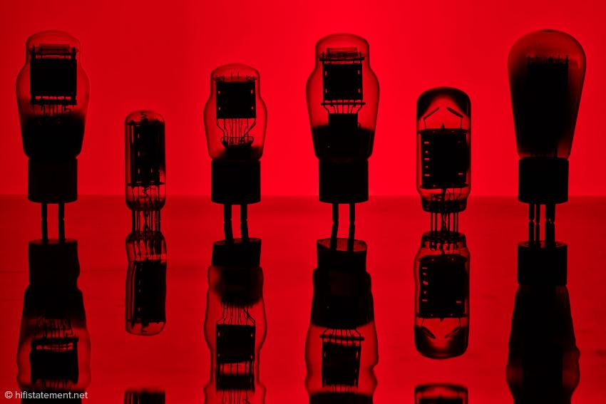 Die ganze Armada im Röntgenblick, alle gesund! Keine der hier gezeigten Röhren ist jünger als 40 Jahre, sozusagen eine Ü40 Party! Die zweite von rechts ist eine der Röhren, die ursprünglich für einen anderen Zweck konstruiert wurde, aber auf Grund ihrer Daten hervorragend für  Audio geeignet ist
