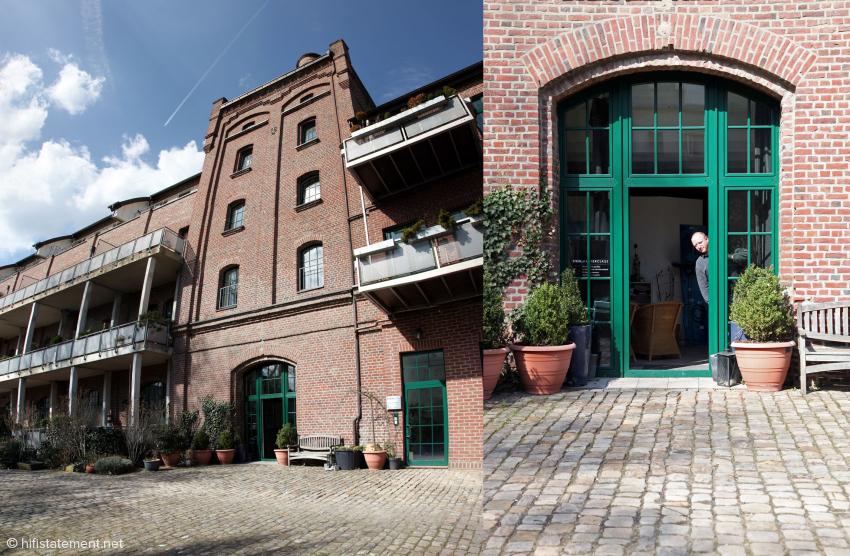 Links: Heimstätte der Firma Steinmusic: Die alte Malzfabrik in Mülheim a.d. Ruhr, Rechts: Papparazzi?