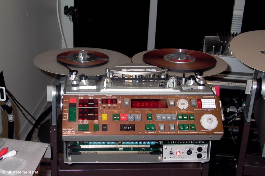 Eine Nagra T-Audio Studio-Tonbandmaschine, hier beim Einsatz während des letztjährigen Montreux Jazz Festivals. Da schon die IV-S außer mit den CCIR- und NAB-Entzerrungen auch mit einer Nagra-eigenen Variante arbeitete, war es nötig, auch eine stationäre Maschine mit dieser Entzerrung anzubieten