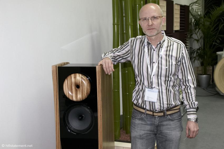 Hochwirkungsgrad-Lautsprecher müssen nicht unbedingt die Größe eines Kleiderschranks haben. Hier ein System von Cessaro mit dem Entwickler, Dieter Krebs