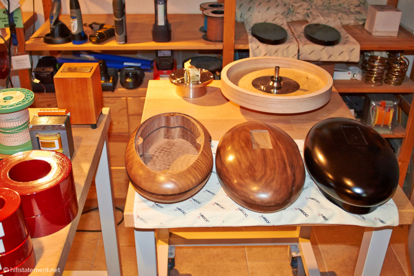 The pill-shaped wooden enclosures are made ​​by a specialist in the Bernese Oberland using CNC lathes and then finished in a one day manual production. Since the lathe there can now also work on relatively large wooden blocks, the company has started a new area of expertise: the production of life-size, lifelike reproductions of politicians. It was not divulged whether or not Ms. Merkel is also already in the works. Anyway, there are UFOs (not Ms. Merkel) made out of different types of wood. Next to the collection of different transformers you see in the background a rough model of the turntable platter and the associated bearing. This is a direct drive platter, whose motor is made by Technics in Japan. Do I have to bother mentioning that this is then additionally wound with silver wire?