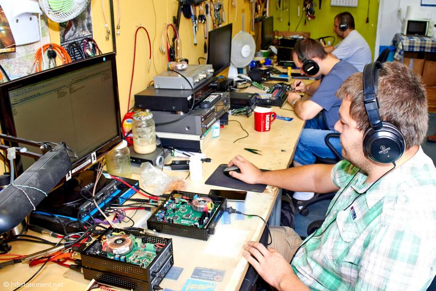 Diese drei Herren sind für die Endkontrolle der Geräte zuständig: Bei der Fülle an Funktionen gewiss keine leichte Aufgabe