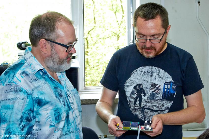 Das Objekt der Begierde: Marcin Hamerla zeigt dem Autor die Platine des neuen A/D-Wandlers