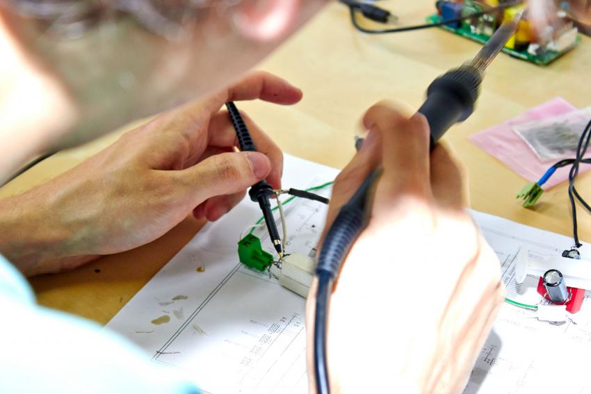 Bei der Erstellung von Prototypen und Versuchsanordnungen wird noch von Hand gelötet