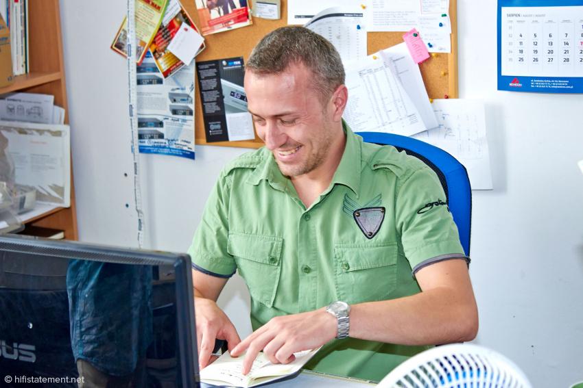 Dariusz Grden ist für den Einkauf zuständig und teilt sich mit dem Chef, Adam Bielewicz und der Exportmanagerin ein Büro