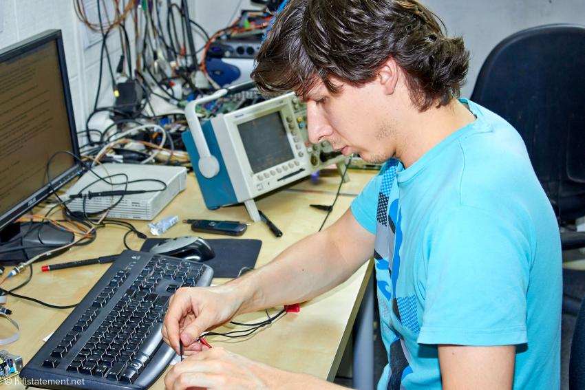 Przemek Gorny arbeitet in der Entwicklungsabteilung als Software-Ingenieur