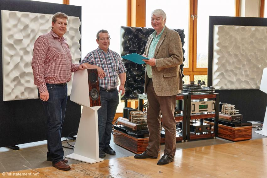 Links der Hausherr, Hans-Jürgen Kaiser, in der Mitte Rainer Weber, der Konstrukteur und rechts der Autor. Die Splinediffusoren im Hintergrund sollen die harten Reflektionen von den großen Glasflächen abhalten