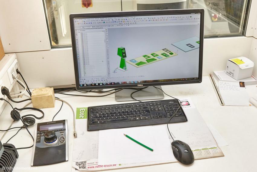 Dies ist der Arbeitsplatz für die Bedienung der CNC Fräse, Auf dem Bildschirm das Lautsprechermodell Chiara, daneben die einzelnen Teile, welche die Fräse aus einer Holzplatte herstellen muss