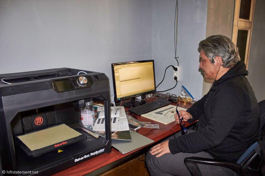 Simon verleiht seinen Entwürfen mit einen 3-D-Drucker Gestalt
