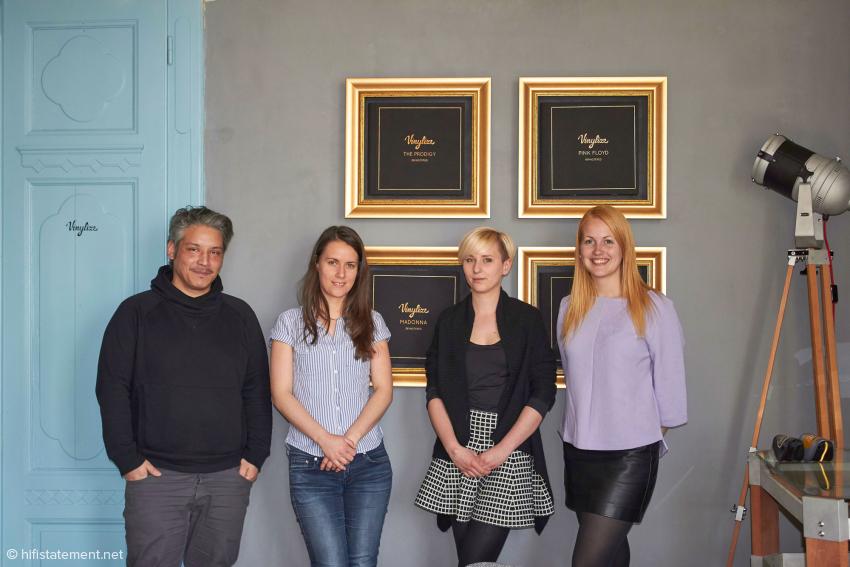 Das Team im Showroom Judith, Zofia und Marta kümmern sich um die Verwaltung und den Vertrieb, Simon um das zukünftige Design der Gestelle