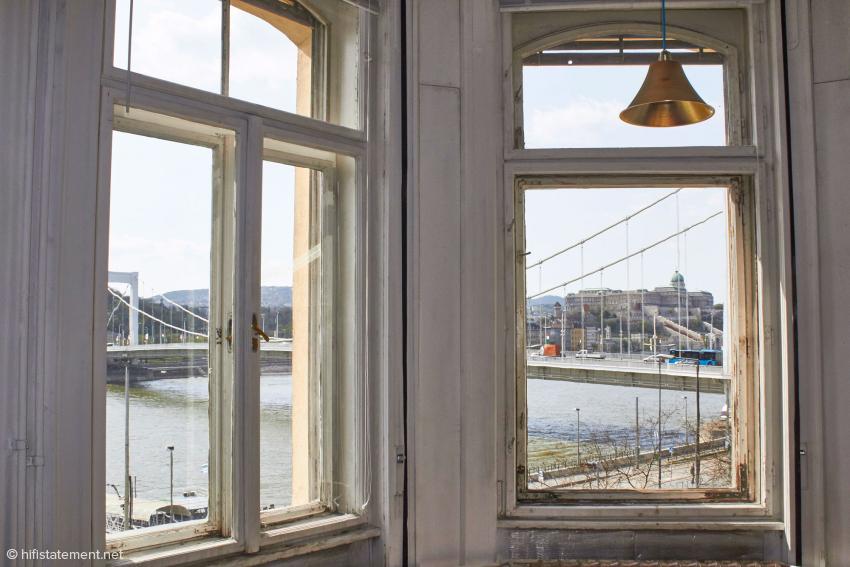 Der wunderbare Blick aus dem Showroom auf Burg und Brücke
