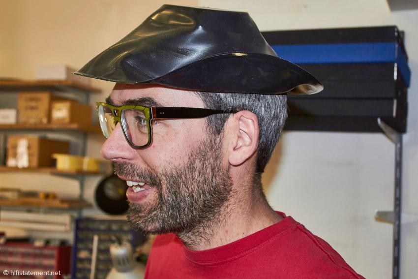 Zack versicherte uns, dass für dieses Modell eines Cowboy-Huts ausschließlich Country & Western LPs verwendet werden