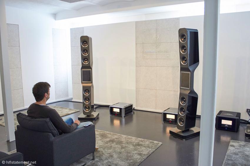 Hörraum mit Hausherr. Die stark strukturierten Flächen wie die in der Mitte der Rückwand sind spezielle Akustik-Elemente