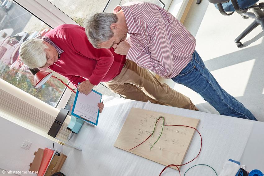 Alles falsch, hier die Auflösung: Mit Hilfe der Nagel-Matrix werden Kabelbäume für die einzelnen Geräte hergestellt. Der Biegeradius entspricht dann genau den Gegebenheiten in den einzelnen Geräten. Jäckle schafft hier etwa zehn Kabelbäume am Tag