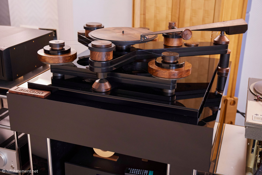 The record player and the massive sub-construction belong to the Laudatio system, which also offers space for the phono amps from Tessendorf and Blue Amp. The lightweight turntable is powered by three balanced flywheels of 11kg