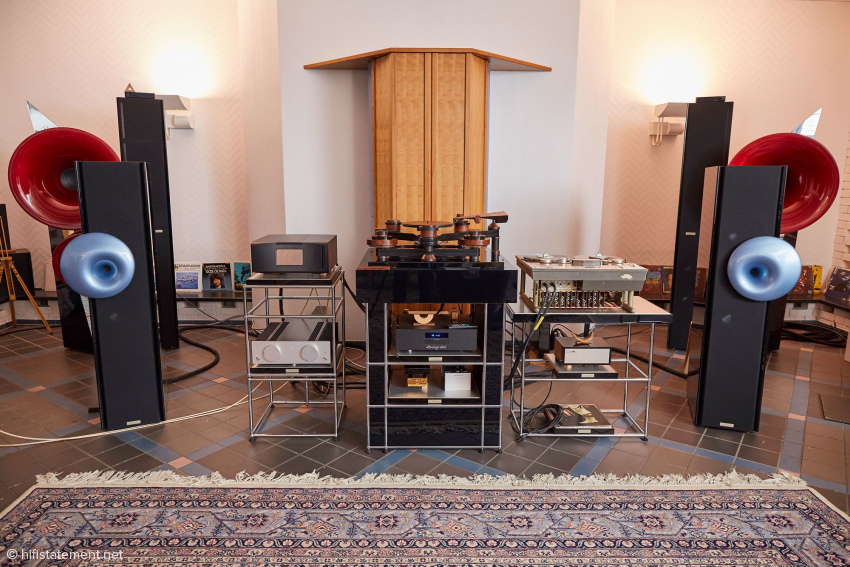 Between the Basso Nobile with the light blue horns, the components which we used were The Beast, the LaMusika integrated amp, Alfred Rudolph's great drive, including the base, and a master recorder