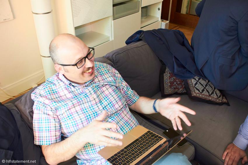 Matej Isak, der Kollege von Mono Stereo, schreibt nicht nur unermüdlich, er brachte auch Rumen Artaski für das Fotos zum Lächeln: Danke!