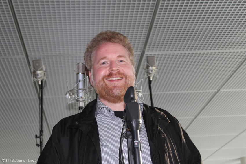 Ralf Koschnicke vor einem Teil seiner Mikrofone: im Hintergrund rechts und links die Neumann M150, im Vordergrund die beiden schwarzen Microtech Gefell UMT 70 S für MS-Stereophonie mit Kugel- und Acht-Charakteristik