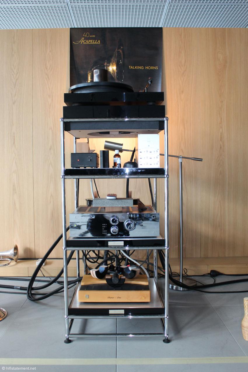 Das Rack mit den Verstärkern von Symphonic Line, der Unison Phonostufe und Alfred Rudolphs Plattenspieler