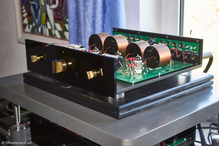 Der R7 hat links des Potis eine Digitalanzeige für die Lautstärke. In der Serienversion wird rechts eine entsprechend große Betriebsanzeige hinzukommen