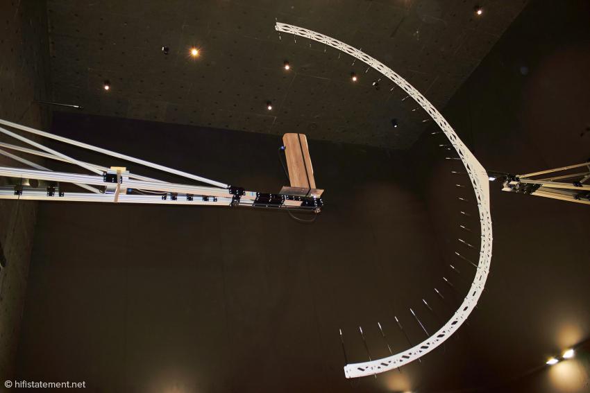Im Inneren des wohl einzigartigen Messraumes: ein Lautsprecher und 31 Messmikrofone