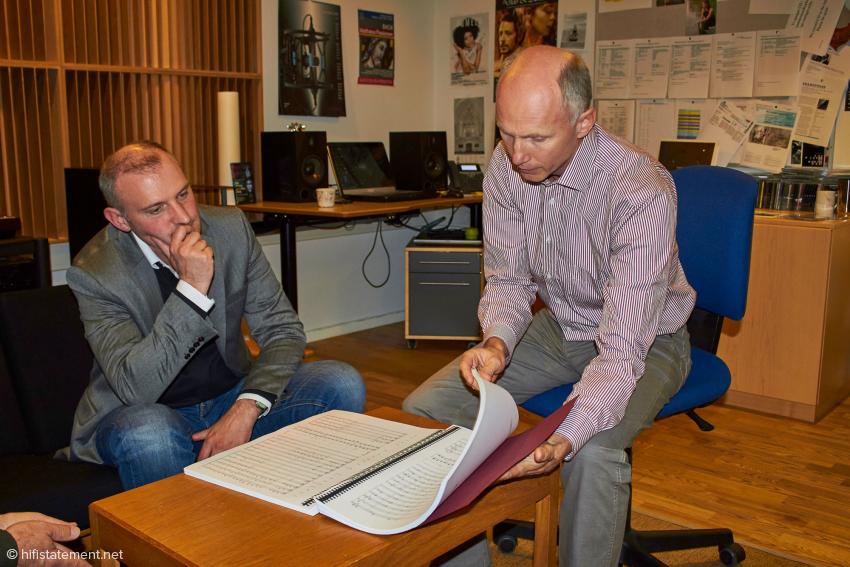 Tonmeister Henrik Winther erklärt, dass er die Mikrofonierung anhand der Partitur plant
