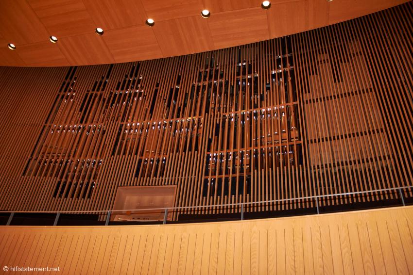 Die Orgel von Johannes Klais Orgelbau in Bonn kann durch LEDs unabhängig vom Saallicht in verschiedenen Farben illuminiert werden
