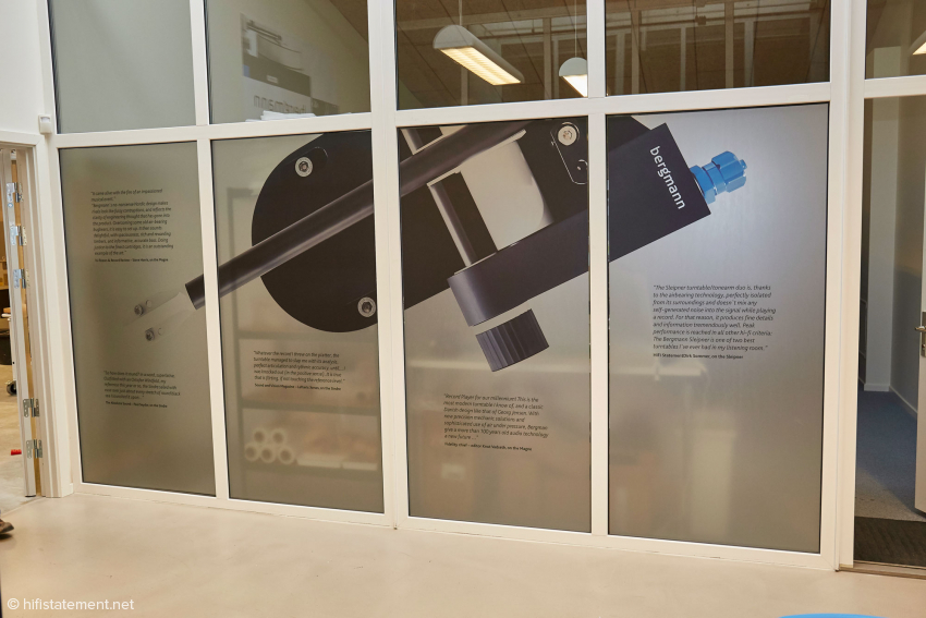 …is located behind this partition wall, showing an illustration of a tonearm and excerpts from reviews