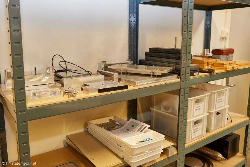 In diesem Fach lagern von Bergmann konstruierte Vorrichtungen, mit deren Hilfe das Rohmaterial in der CNC-Maschine fixiert werden kann
