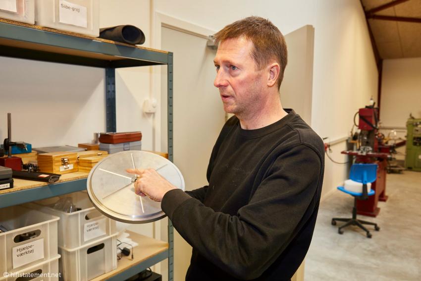 Auf diesem Teller werden per Vakuum die Kunststoffplatten gehalten, aus den die Plattentellerauflagen gefertigt werden