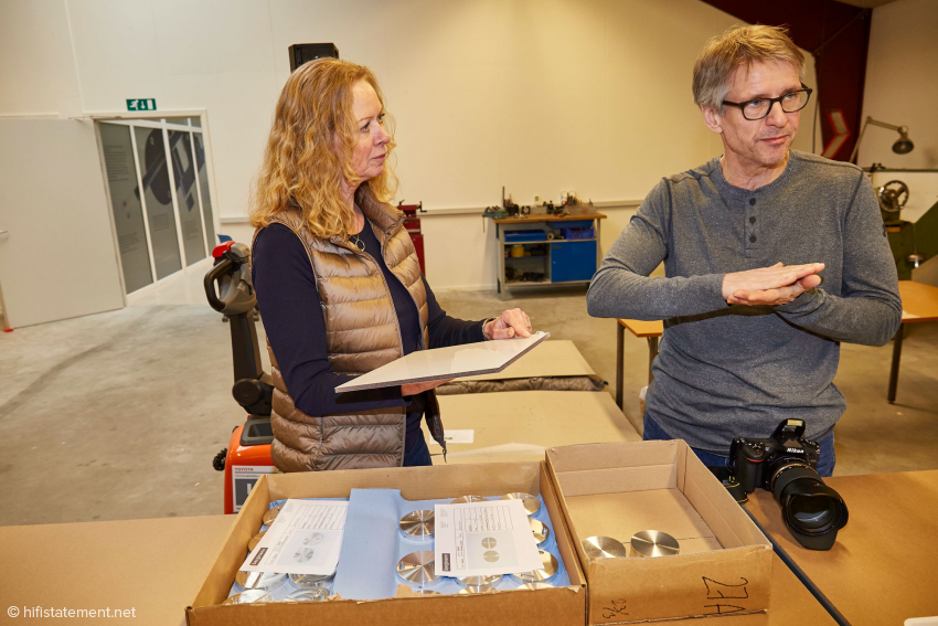 Eva Seiberg and Werner Obst discuss the machining of the turntable mats