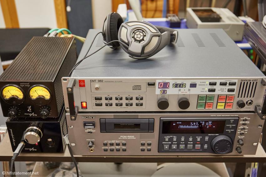Die digitalen Ursprungs-Dateien werden von einem der Ära der Aufnahme entsprechenden CD-Control-Player oder dem Sony PCM-R500 DAT-Gerät analog ausgegeben und der EternalArts Universal Tape Stage zur Aussteuerung zugeführt