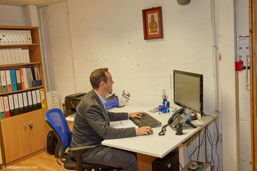 Organisationsleiter Richard Senior an seinem Schreibtisch in der Produktion