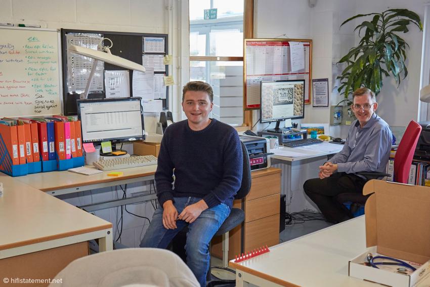 Josh Spittle, zuständig für Qualitätstests und Verpackung, und Produktionsleiter Karl Dawson (hinten)