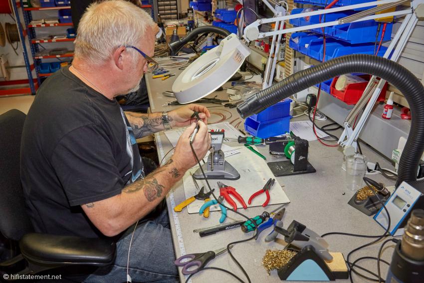 Dave Mardell achtet natürlich auch bei der Verarbeitung der Einzelleiter auf die richtige Laufrichtung.