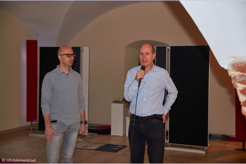 Giorgio Tomasini (links) erläuterte seine Kreation in Englisch, ein Firmenrepräsentant übersetzte