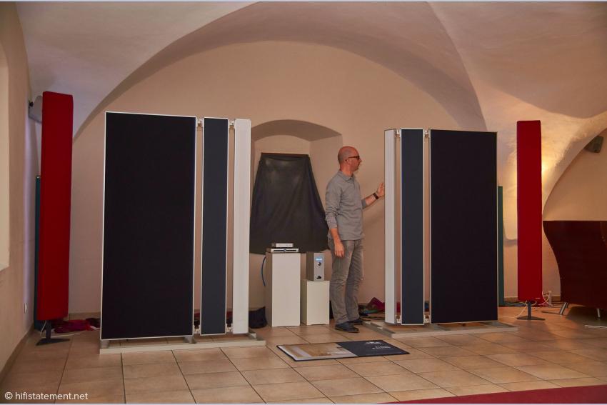 Fonica-Chefentwickler Giorgio Tomasini beim Ausrichten eines Hochtöner