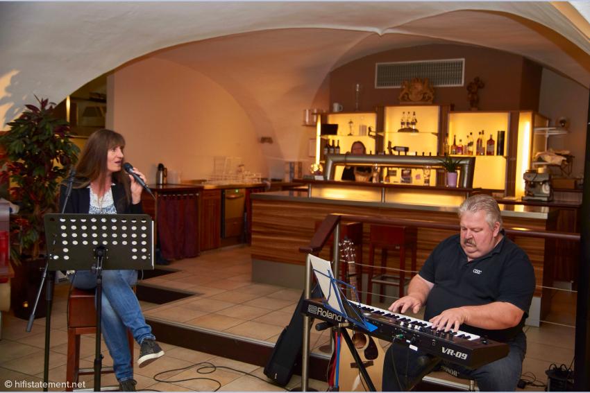 Auch Live-Musik mit einer betörenden Frauenstimme durfte bei der Präsentation nicht fehlen: das Duo Elatme